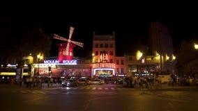 PARIS FRANKRIKE - JUNI 17 2019: Realtidsskott av Moulin rouge på nattetidskottet Upprättande av att vända maler av Moulin arkivfilmer