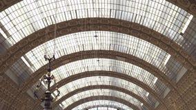 PARIS FRANKRIKE - 17 JUNI, 2019: Realtidsupprättande skjutit tak av Museen D 'Orsay Museet har det störst lager videofilmer
