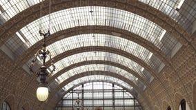PARIS FRANKRIKE - 17 JUNI, 2019: Realtidsupprättande skjutit tak av Museen D 'Orsay Museet har det störst arkivfilmer