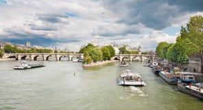 PARIS FRANKRIKE, JUNI - 18, 2011: Seine och Ponte Nuef Arkivbild