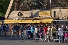 PARIS FRANKRIKE - JUNI 24, 2017: Souvenir- och biljettkontor i Eiffeltorn Royaltyfri Fotografi