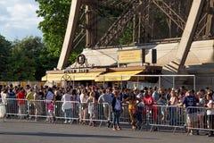 PARIS FRANKRIKE - JUNI 24, 2017: Souvenir- och biljettkontor i Eiffeltorn Arkivbilder