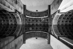 Paris Frankrike - Juni 1, 2015: Stor sikt från under bågen av Triumph som visar den konstnärliga modellen och detaljer Arkivbild