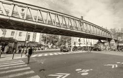 PARIS FRANKRIKE - JUNI 20, 2014: Turister som är wal längs stadsgatanolla Royaltyfri Bild