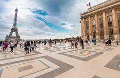 PARIS FRANKRIKE - JUNI 20, 2014: Turister tycker om Eiffeltornsikt Royaltyfria Bilder