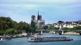 Paris Frankrike, kryssning på Seine River in med Notre Dame på bakgrunden stock video