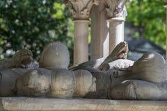 PARIS FRANKRIKE - MAJ 2, 2016: Abelard och Heloise gravvalv i Paris i den historiska Pere Lachaise Cemetery Arkivbilder