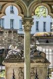 PARIS FRANKRIKE - MAJ 2, 2016: Abelard och Heloise gravvalv i Paris i den historiska Pere Lachaise Cemetery Royaltyfria Foton