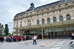 Paris Frankrike - Maj 14, 2015: Besökare på den huvudsakliga ingången till det Orsay modern konstmuseet i Paris Arkivbild