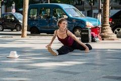 Paris Frankrike Maj 25, 2012: Den moderna dansaren gör splittringarna på set Royaltyfri Bild
