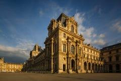 PARIS FRANKRIKE - MAJ 18, 2016: Fasad av Louvremuseet Royaltyfria Foton