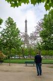 Paris Frankrike - Maj 15, 2015: Folk på Champs de Mars, på foten av Eiffeltorn i Paris Royaltyfri Bild