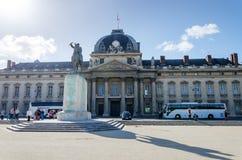 Paris Frankrike - Maj 15, 2015: Folk runt om institutet för högre studier för nationellt försvar (IHEDN) i Paris Fotografering för Bildbyråer