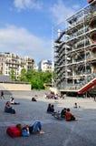 Paris Frankrike - Maj 14, 2015: Folk som framme kopplar av på plazaen av mitten av Georges Pompidou Arkivfoto