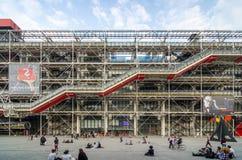 Paris Frankrike - Maj 14, 2015: Folkbesökmitt av Georges Pompidou Royaltyfri Fotografi