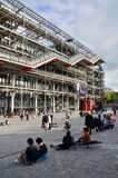 Paris Frankrike - Maj 14, 2015: Folkbesökmitt av Georges Pompidou Royaltyfri Bild