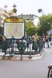 PARIS FRANKRIKE, MAJ 20, 2013 - ingång till den Paris tunnelbanan på den Blanche stationen Den Paris tunnelbanan eller tunnelbana Royaltyfri Foto