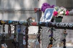PARIS FRANKRIKE - MAJ 2, 2016: Jim Morrison grav i den Pere-Lachaise kyrkogården royaltyfri bild