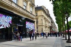 Paris Frankrike - Maj 14, 2015: Lokal och turister på avenydesen Champs-Elysees Arkivfoton