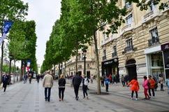 Paris Frankrike - Maj 14, 2015: Lokal och turister på avenydesen Champs-Elysees Arkivbild
