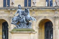 Paris Frankrike - Maj 1, 2017: Staty av konungen Louis XIV i couen Royaltyfri Foto