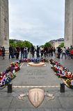 Paris Frankrike - Maj 14, 2015: Turist- besökgravvalv av den okända soldaten under Arc de Triomphe, Paris Royaltyfri Fotografi