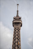 PARIS FRANKRIKE - MAJ 2, 2016: Turist som tar bilder på Tour Eiffel stadsymbolet arkivfoton