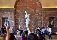 Paris Frankrike - Maj 13, 2015: Turister besöker den Venus de Milo statyn på Louvremuseet Arkivbild
