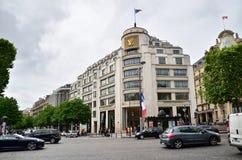Paris Frankrike - Maj 14, 2015: Turister som shoppar på Louis Vuitton Store i Paris Royaltyfria Foton