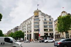 Paris Frankrike - Maj 14, 2015: Turister som shoppar på Louis Vuitton Store i Paris Royaltyfri Bild