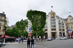 Paris Frankrike - Maj 14, 2015: Turister som shoppar på Louis Vuitton Store i Paris, Frankrike Royaltyfri Foto