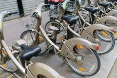 Paris Frankrike - Maj 1, 2017: Velib cykel i stationen på Rue royaltyfri bild