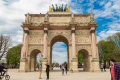 Paris Frankrike, mars 31 2017: Arc de Triomphe du Karusell är en triumf- båge i Paris som lokaliseras i stället du arkivfoton