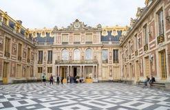 Paris Frankrike, mars 28 2017: Head huvudsaklig ingång med folkturisterna i den Versailles slotten versailles Arkivbilder