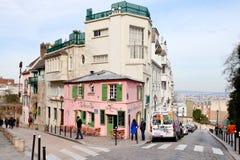 Rosa färghus - historisk bistro på Montmartre, Paris, Royaltyfria Bilder