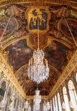 Paris Frankrike, mars 28 2017: Korridor för spegel` s av den Versailles chateauen france arkivfoton