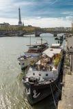 Paris Frankrike - mars 30, 2017: Seine i Paris och Eiffeltorn i härlig sommardag Arkivbilder