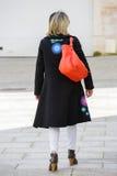 Paris Frankrike - mars 27, 2017: Tillbaka sikt av en väl klädd blon royaltyfri bild