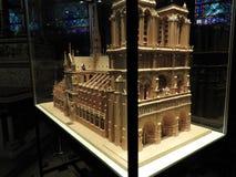 Paris Frankrike - mars 31, 2019: Trämodell av Notre Dame de Paris under en exponeringsglaskupol Notre Dame konstruktion började i fotografering för bildbyråer