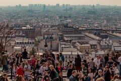 Paris Frankrike, mars 26 2017: Turister som beundrar horisonten av Paris från terrassen av den Sacre Coeur basilikan Royaltyfria Foton