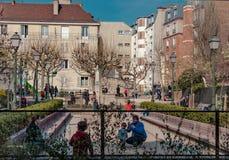 Paris Frankrike, mars 26 2017: Typisk sikt av den parisiska gatan Arkitektur och gränsmärke av Paris Royaltyfria Bilder