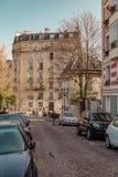 Paris Frankrike, mars 26 2017: Typisk sikt av den parisiska gatan Arkitektur och gränsmärke av Paris Royaltyfri Foto