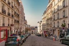 Paris Frankrike, mars 26 2017: Typisk sikt av den parisiska gatan Arkitektur och gränsmärke av Paris Arkivbilder