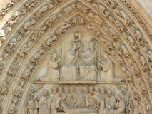 Paris Frankrike Notre Dame Cathedral fasad av statyn av helgonet Unesco-v?rldsarv royaltyfri bild
