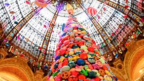 PARIS, FRANKRIKE - NOVEMBER 20, 2017 julgran med uppblåsbara bollar av sötsaker och kakor i de berömda lagergallerierna L för vär arkivfilmer