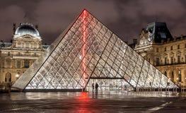 Paris Frankrike - November 16, 2014: Nattsikt av Louvremusan Royaltyfria Foton