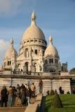 PARIS FRANKRIKE - NOVEMBER 27, 2009: Turister nära basilikan av den sakrala hjärtan av Paris Arkivbild