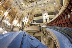 Paris Frankrike - Oktober 2017: Den stora ceremoniella trappuppgången av röd och grön marmor för vit, delar in i avvikande två Royaltyfri Bild
