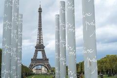 PARIS FRANKRIKE - OKTOBER 20: Eiffeltorn som inramas av obeliskar Fotografering för Bildbyråer