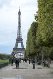 PARIS FRANKRIKE - OKTOBER 20: Eiffeltorn som ses från mästaren de Arkivfoton